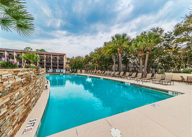 Island Club 6106, 2 Bedrooms, Lagoon View, Large Pool, Hot Tub - Cool Waters - HiltonHeadRentals.com