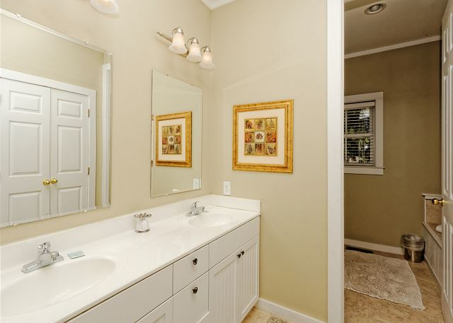 Lagoon Road 29, 4 Bedroom, Wooded View, Close to Beach Sleeps 10 - Dual vanities make the difference - HiltonHeadRentals.com