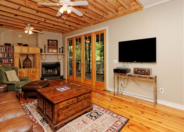 Lagoon Road 29, 4 Bedroom, Wooded View, Close to Beach Sleeps 10 - Gather in the lovely living room for movie night! - HiltonHeadRentals.com