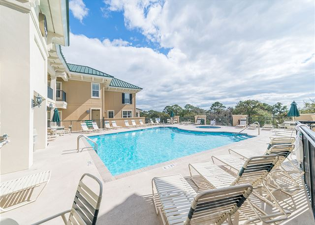 North Shore 401 Penthouse 3 bedroom, Rooftop Pool, Walk to Beach - Lounge On! - HiltonHeadRentals.com