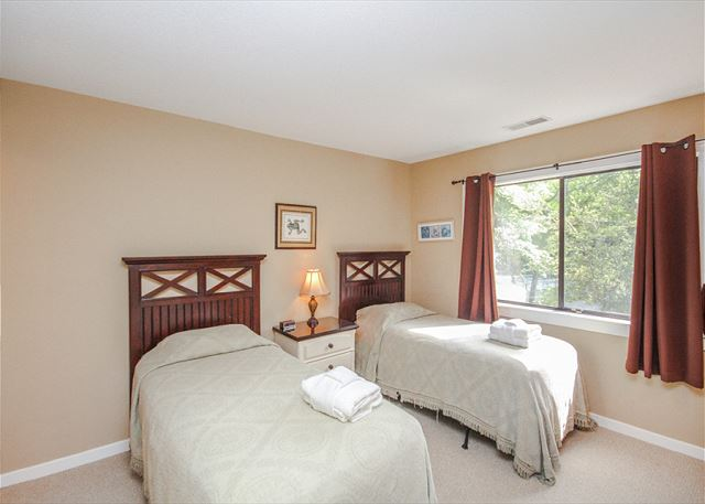 Racquet Club 2372, 3 Bedroom, Large Pool, Golf View, Sleeps 8 - Twin Bedroom - HiltonHeadRentals.com