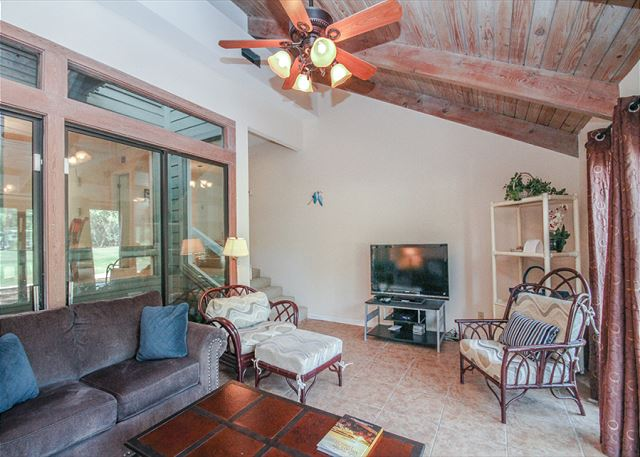 Racquet Club 2372, 3 Bedroom, Large Pool, Golf View, Sleeps 8 - Living Room - HiltonHeadRentals.com