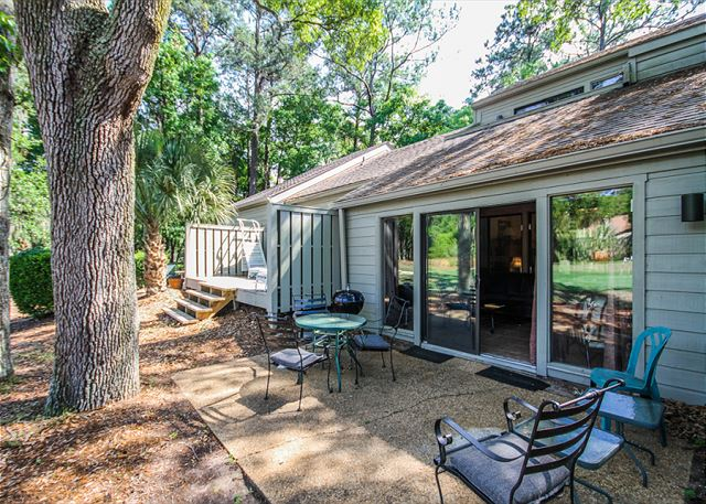 Racquet Club 2372, 3 Bedroom, Large Pool, Golf View, Sleeps 8 - Back Patio - HiltonHeadRentals.com