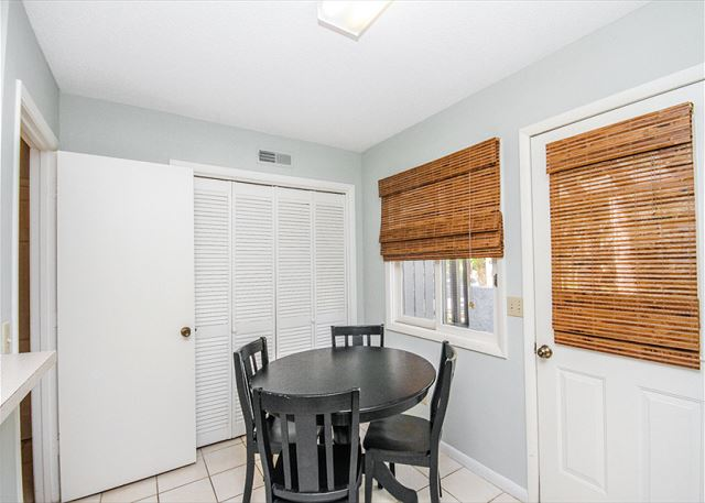 Tennismaster 1201, 3 Bedrooms, Pool, Tennis, Porch, Sleeps 10 - Breakfast table - HiltonHeadRentals.com