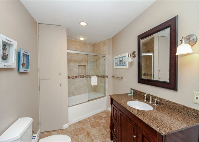 Turnberry Lane 30, 4 Bedrooms, Private Pool, Spa, Sleeps 12 - Bathroom off kids room - HiltonHeadRentals.com