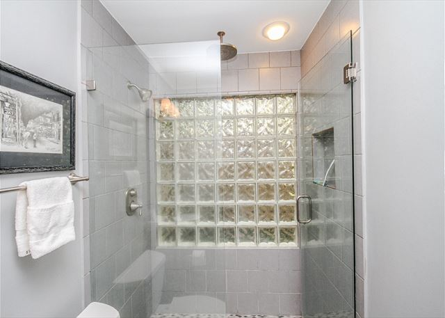 Turnberry Lane 30, 4 Bedrooms, Private Pool, Spa, Sleeps 12 - Walk in shower - HiltonHeadRentals.com