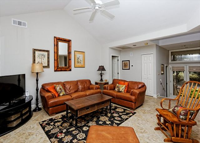 Wagon Road 18, 5 bedroom, Private Pool, Walk to Beach, Sleeps 14 - TV room - HiltonHeadRentals.com