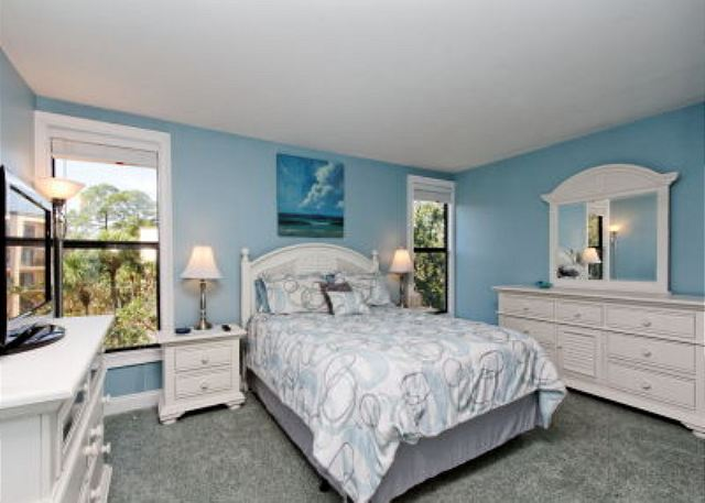 Xanadu 15-A, 2 Bedroom, Large Pool, Walk to Beach, Sleeps 8 - The master bedroom - HiltonHeadRentals.com
