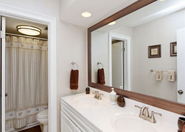 Xanadu 15-A, 2 Bedroom, Large Pool, Walk to Beach, Sleeps 8 - Get into the bathroom - HiltonHeadRentals.com