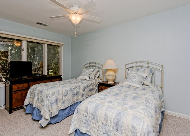 Planters Wood 24, 5 Bedroom, Private Heated Pool, Golf View - Twin Bedroom - HiltonHeadRentals.com