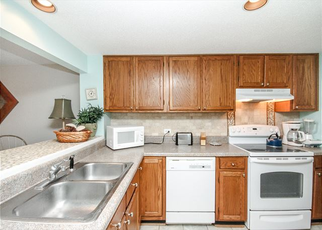 Greens 203, 1 Bedroom, Large Pool, Golf View, Sleeps 4 - Cook With Ease - HiltonHeadRentals.com