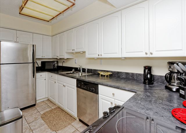 Yacht Club 7515, 3 Bedrooms, Large Pool, Spa, Sleeps 8 - Easy to maintain kitchen - HiltonHeadRentals.com