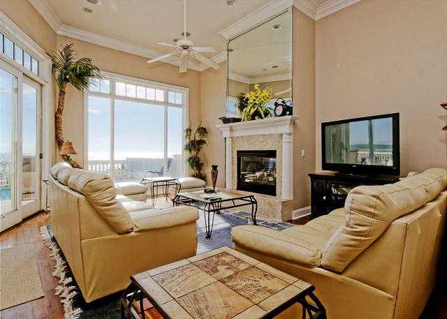 Singleton Beach 11B, Oceanfront 3 Bedrooms, Pool, Elevator - Pleasant living room - HiltonHeadRentals.com