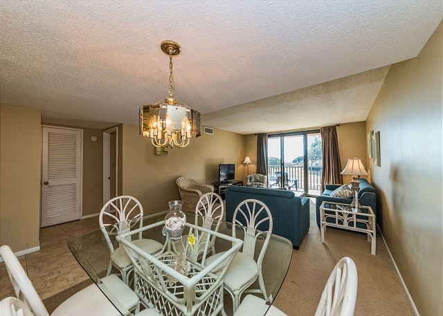 Island Club 3202, 2 Bedroom Oceanfront View, Pool, Walk to Beach - Time for a group dinner! - HiltonHeadRentals.com