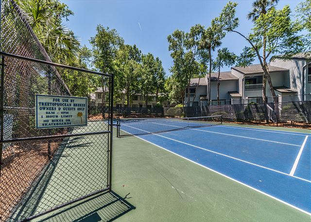 Ocean Breeze 99, 3 Bedroom, Large Pool, Tennis, Sleeps 8 - Make sure to keep up the tennis practice!  - HiltonHeadRentals.com