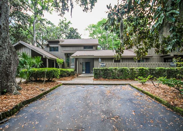Water Oak 24, 2 BR, 3BA, Golf View, Large Pool, WiFi, Sleeps 8 - Beauty from outside - HiltonHeadRentals.com