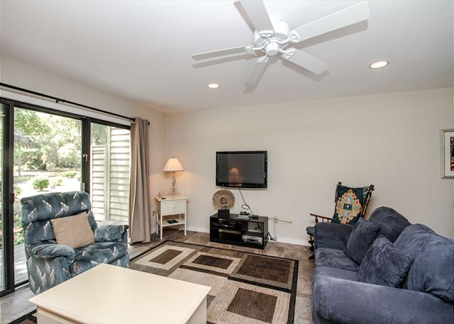 Greens 190, 3 Bedrooms, Large Pool, Walk to Beach, Sleeps 10 - Living Room - HiltonHeadRentals.com