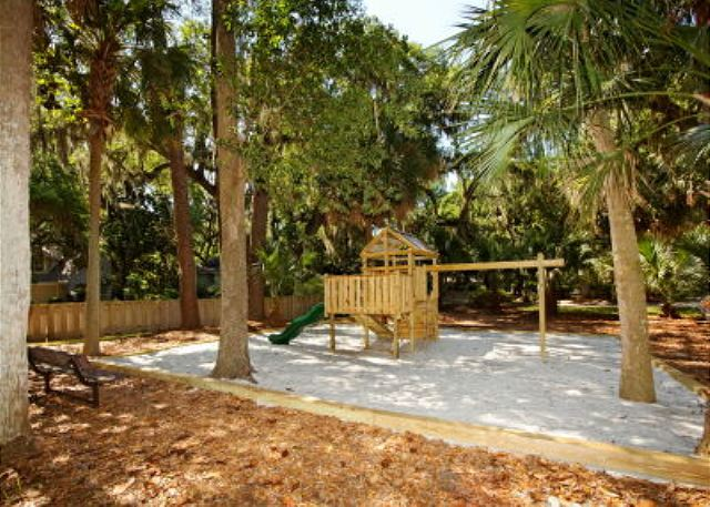 Fern Court 7, 3 Bedrooms, Golf View, Large Pool, Sleeps 10 - Playground - HiltonHeadRentals.com