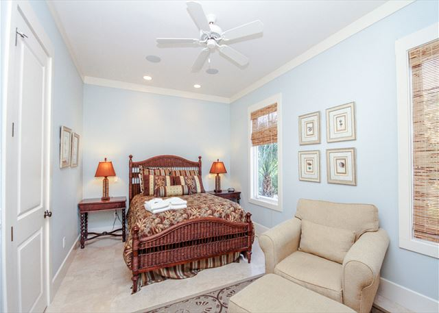 Corine Lane 25, Luxury 7 Bedrooms Private Heated Pool, Sleeps 16 - Reading Nook  - HiltonHeadRentals.com