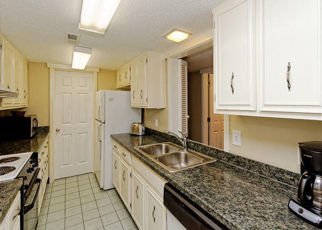 SailMaster 37, 2 Bedrooms, Pool, Patio, Sleeps 6 - Fully equipped kitchen - HiltonHeadRentals.com