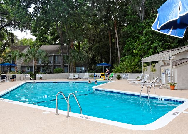 SailMaster 37, 2 Bedrooms, Pool, Patio, Sleeps 6 - Sailmaster Pool - HiltonHeadRentals.com