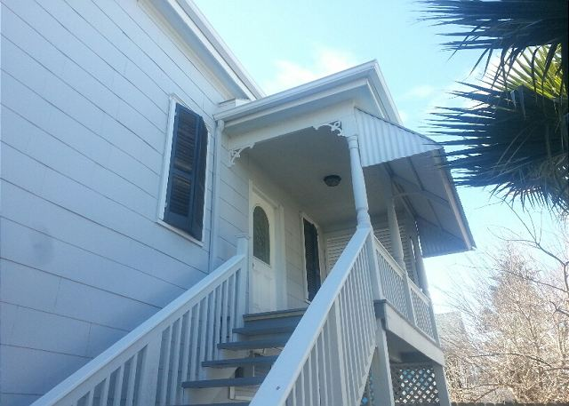 2 Blocks to the Beach, Deck, Sleeps 6, 2 Decks - Galveston, Texas