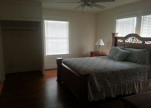 WALK TO BEACH, RESTAURANTS- SLEEPS 8- CLEAN - Galveston, Texas
