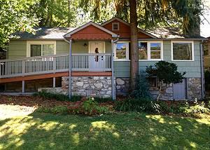 The Redwood Retreat,  2 Bedrooms, Walk to Downtown, Hot Tub,  Sleeps 8