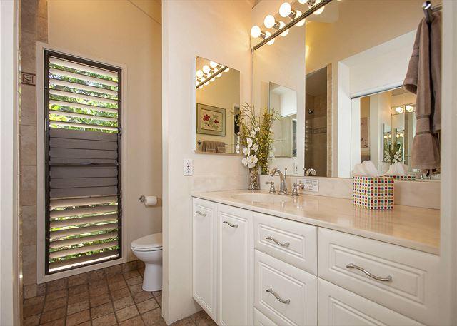 Wailea Ekolu #102 Guest Bathroom