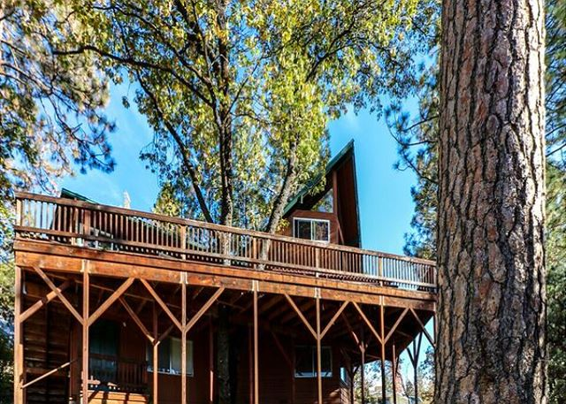 New Vacation Home!  Bass Lake Family Lodge can comfortably accommodate between 14 to 15.  Ideal for family gatherings.  Beautiful lake views, boat slip, nearby trails, swimming, kayaking, fishing and more!  All within a 30 minute drive to Yosemite's South entrance.
