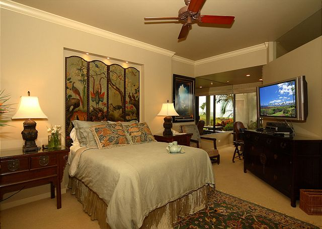 Island themed master Bedroom with office and desk attached. Viewing the gorgeus views of the pacific ocean!!
