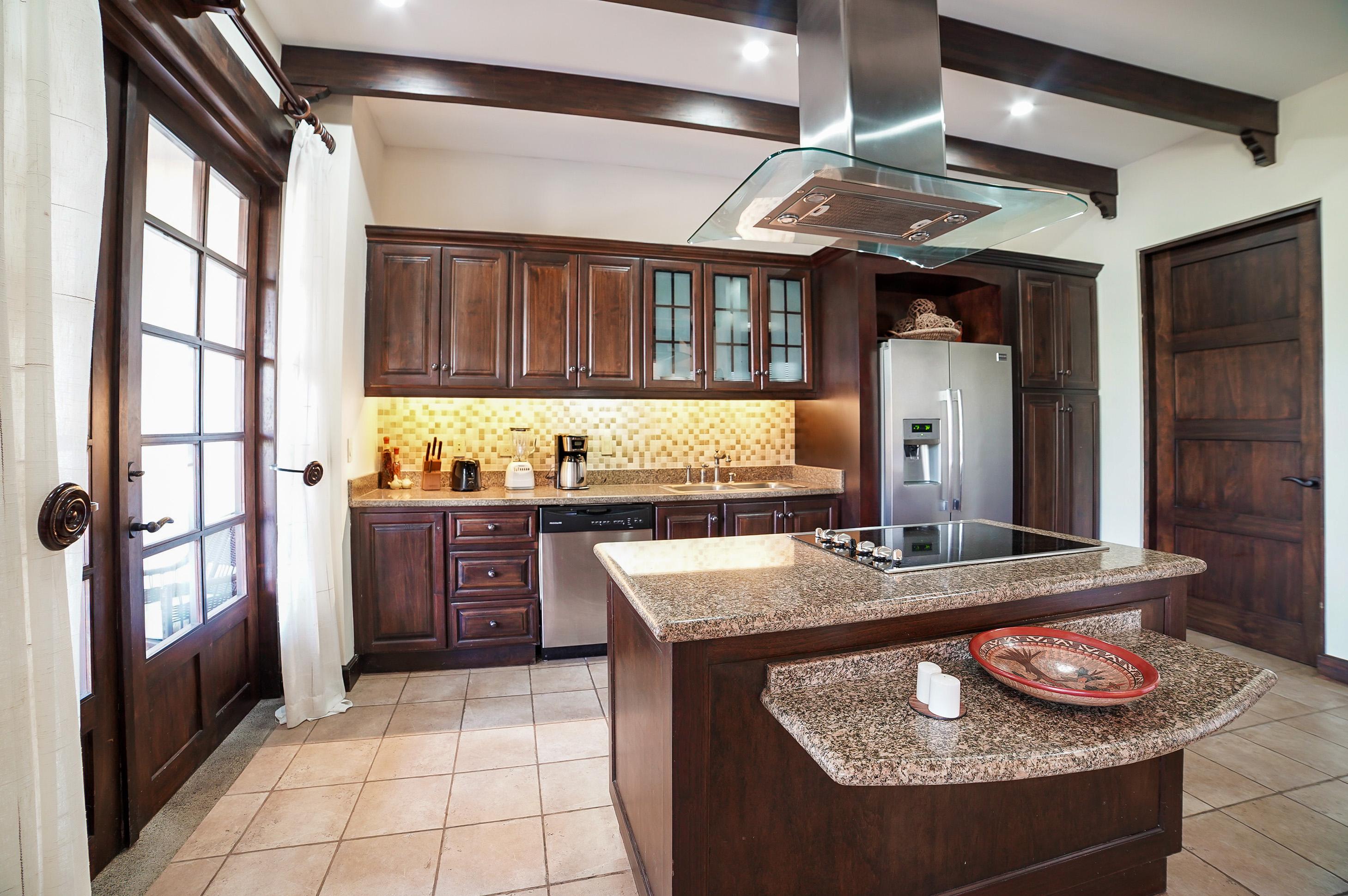 Full kitchen with breakfast bar