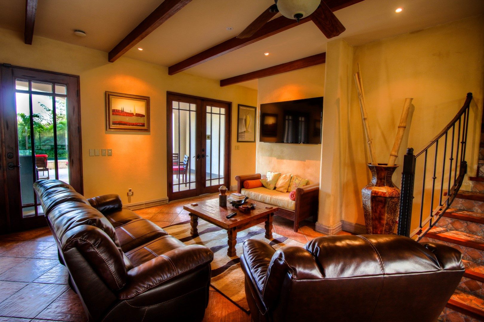 Flat-Screen TV & Comfortable Leather Sofas