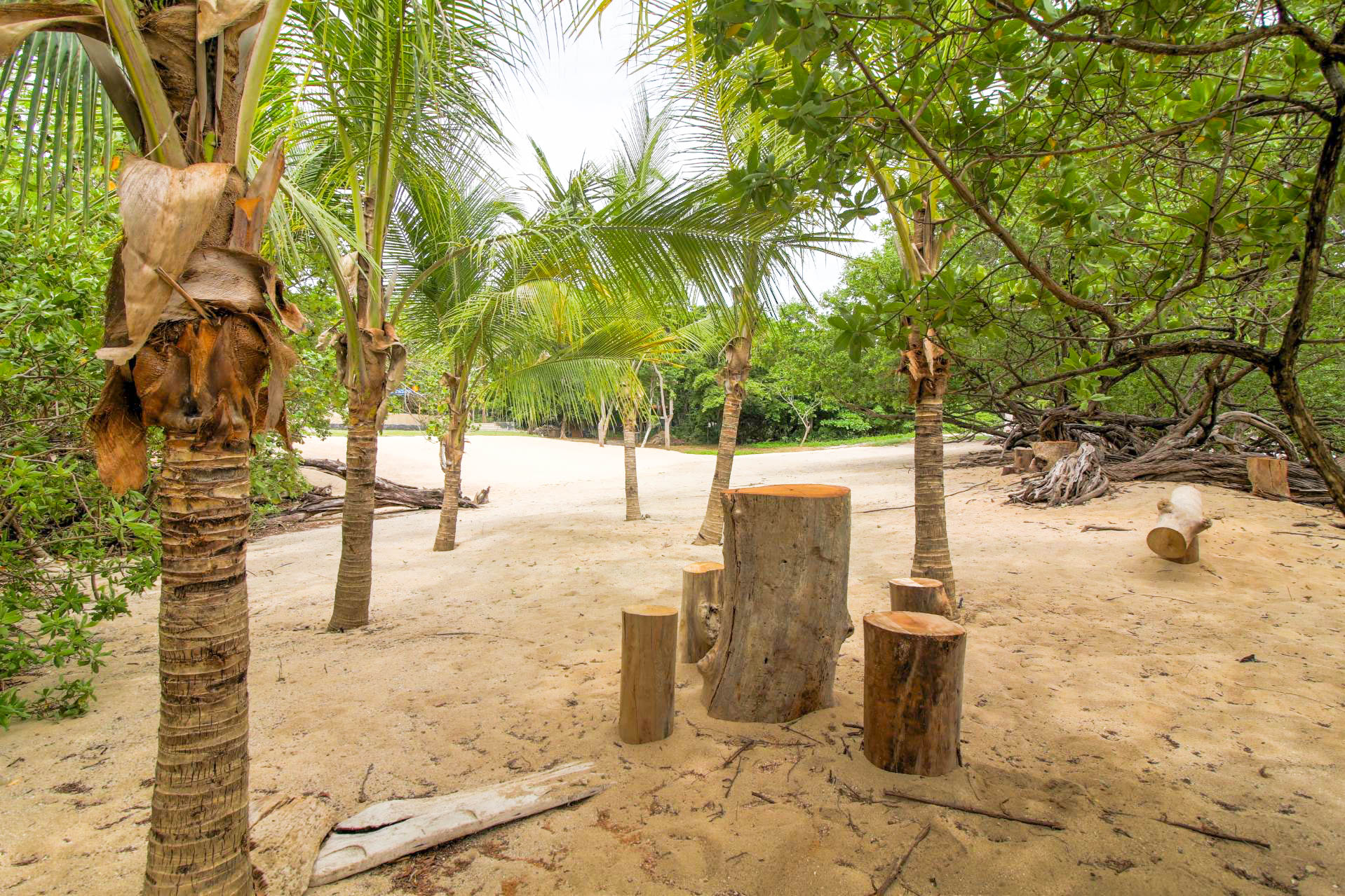 Beach front mini bar table with stools, nature's way