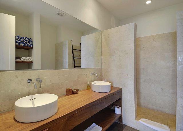 Luxury bath demonstrates modern simplicity
