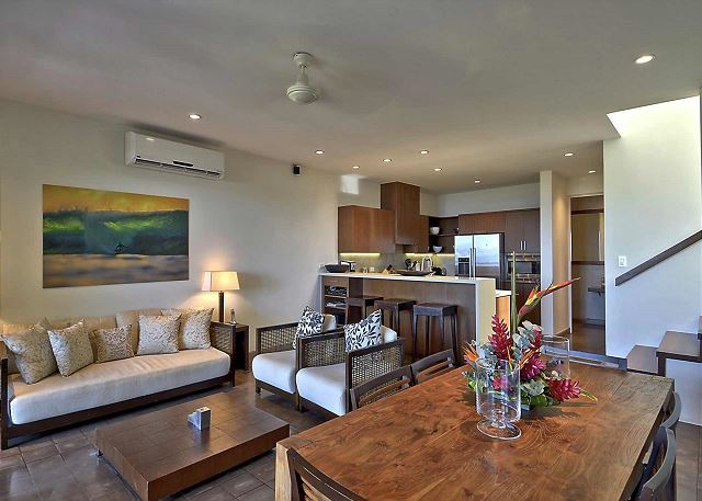 Beautiful Living Room with Dining Table & Breakfast Bar