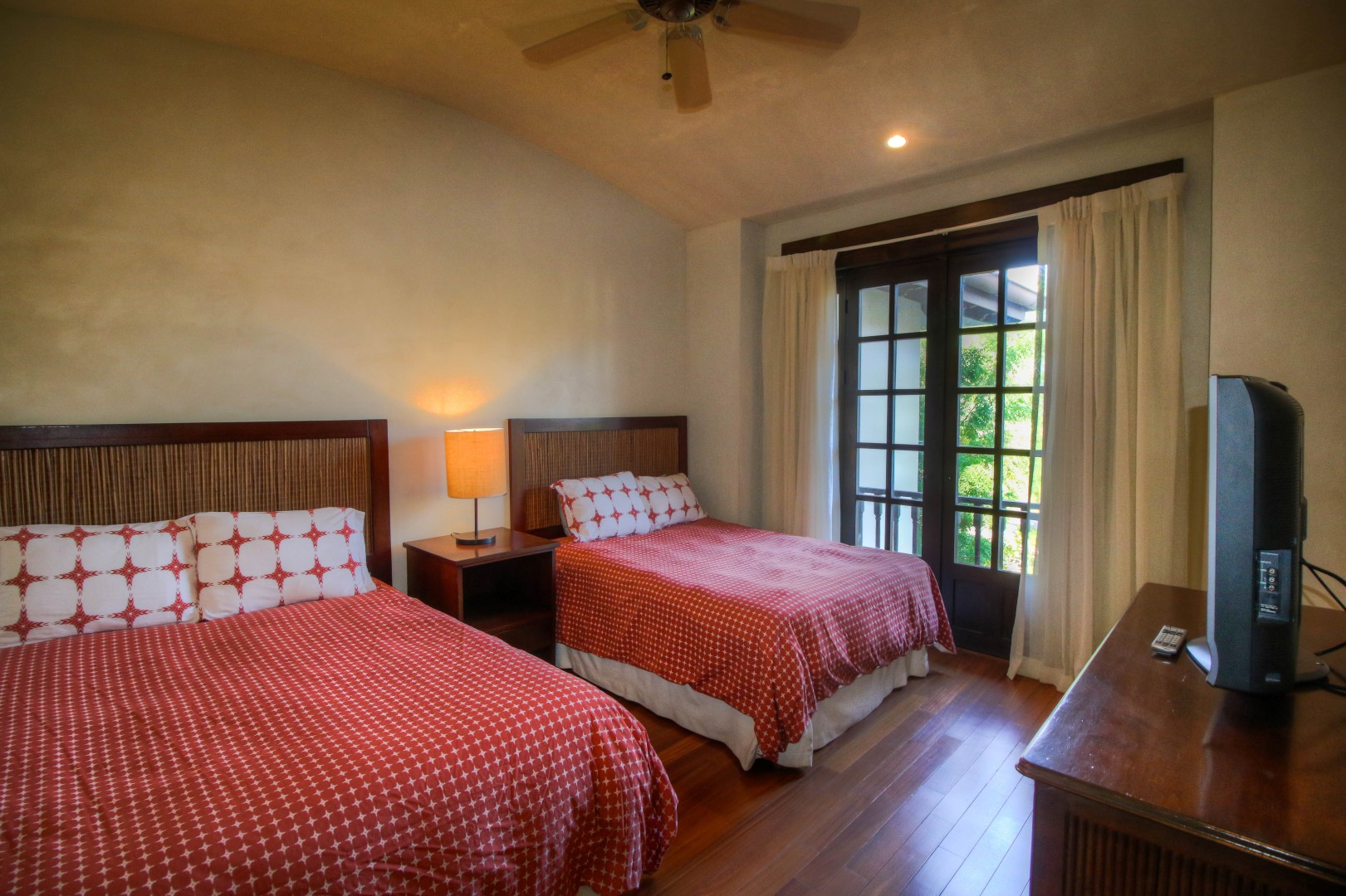 Bedroom with twin beds (2)