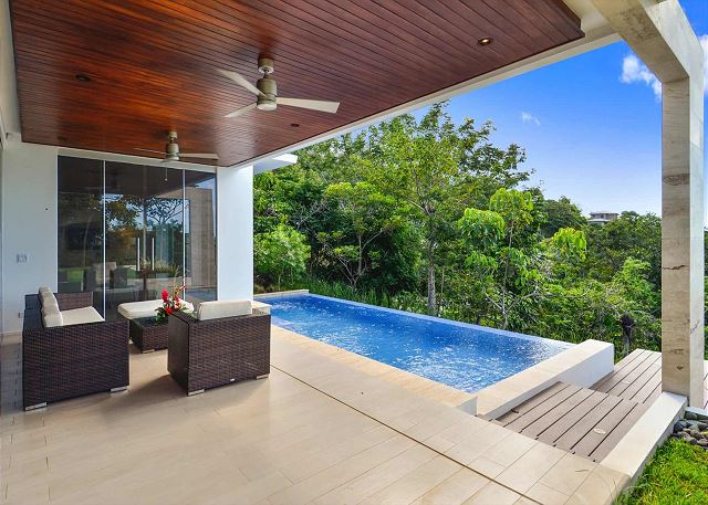 Whether it is raining or sunny, you can enjoy our infinity pool