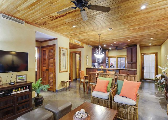 Condo with full kitchen, flat screen TV, central A/C