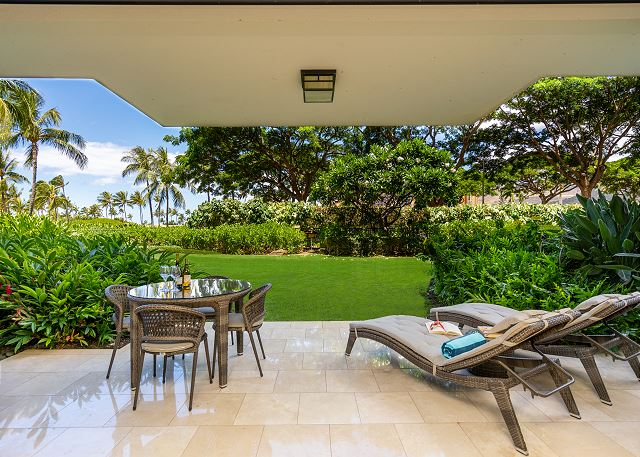 Lanai with Loungers and Outdoor Dining