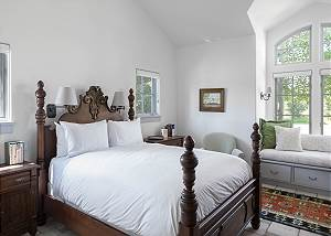 Guest Bedroom - Bed and Window Seating