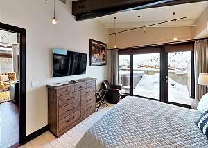 Master Bedroom - King-sized Comfort!