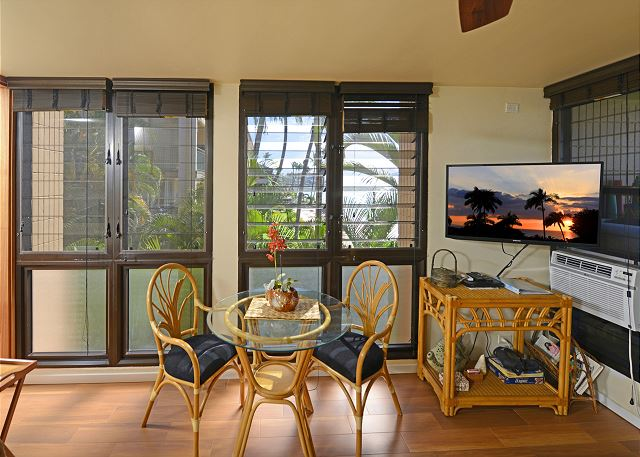 Dining area, flat screen and southerly view!