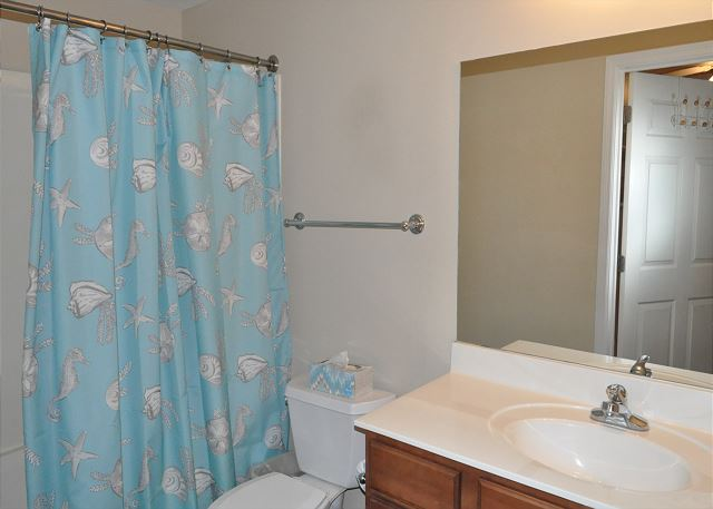 Guest bathroom with access from hall and guest bedroom