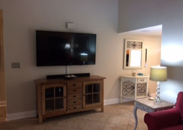Large Living Area With Entertainment Center