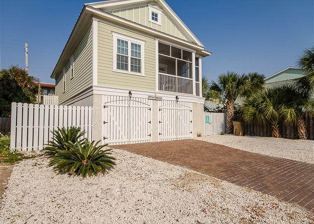 17th Dream! Just a 1/2 block to the beach and 2 minutes to downtown Tybee!