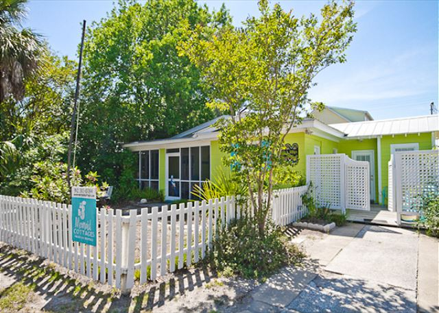 Welcome to Key Lime Parrot Cottage! Key Lime Parrot sits on corner of Jones Ave and 4th St. across the street from Memorial Park and 3 blocks from the beach!
