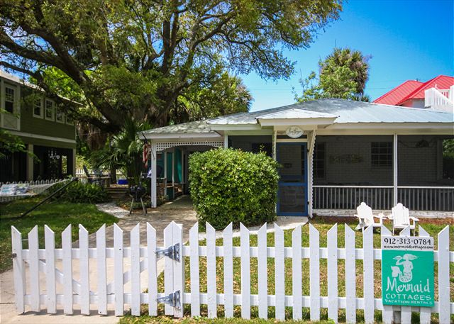 Welcome to Sea Largo Cottage!  Ground level cottage with tin roof and white picket fence! Adorable & waiting for you!