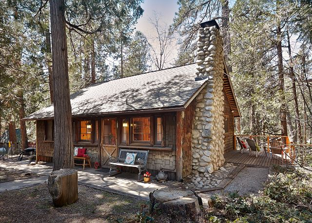 1930's vintage 2 bedroom cabin minutes  from town.