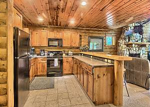 Fully Equipped Kitchen with Breakfast Bar.